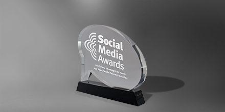 Trophee-perle-verre-bulle-marquage-laser-socle-noir-social-media-slider